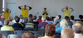 '在健康博覽會上,法輪功學員為波蘭民眾做專題報告,並展示五套功法'