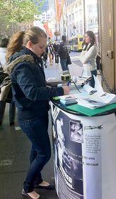 '悉尼學員在市中心喬治街揭露中共活體摘取法輪功學員器官的罪行,了解真相的民眾紛紛簽名支持制止中共的惡行。'