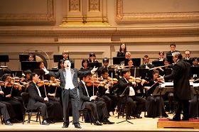 神韻著名男高音歌唱家洪鳴在演唱《心中的歌》。