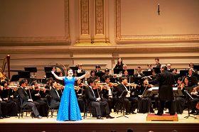 神韻著名女高音歌唱家耿皓藍在演唱《人生何為》。