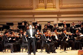 神韻著名男高音歌唱家天歌在演唱《回家的希望》。
