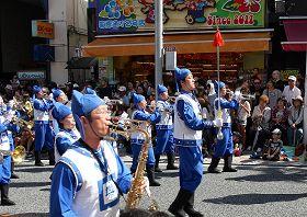 穿古裝的天國樂團在國際通踩街,受到遊客歡迎。