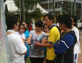 棉蘭獨立公園裏,法輪功學員向民眾講真相,徵集簽名