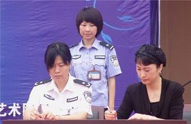 '遼寧省女子監獄監獄長楊莉與瀋陽安娜服裝公司簽訂所謂的「服裝生產協議」(網絡圖片)'
