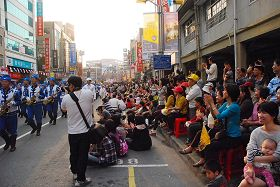 '天國樂團平和而振奮人心的音樂贏得民眾熱烈鼓掌'