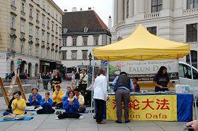 '法輪功學員在維也納Michaelerplatz廣場舉辦反迫害活動'