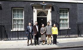 英國法輪功學員代表在唐寧街10號遞交反迫害簽名