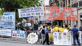 二零一二年年七月二十日,法國法輪功學員在中共駐巴黎使館前舉行反迫害十三週年集會