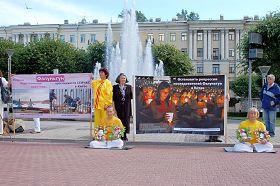 在火車站前廣場上舉辦真相圖片週活動,吸引路人了解真相