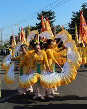 法輪功學員組成的仙女隊表演扇子舞