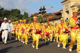 法輪功學員組成的腰鼓隊在行進中表演。