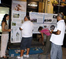 '塞浦路斯首都街頭,法輪功學員(左)向市民講真相'