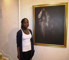 英國高中生哈米站在最讓她感動的畫作《囹圄中的大法徒》前