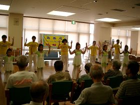 法輪功學員在豐田市的老人院裏演示功法