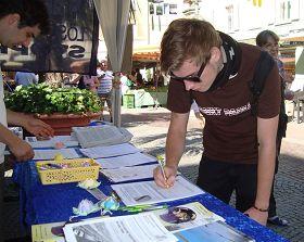 奧芬堡市熙熙攘攘的人群紛紛駐足簽名