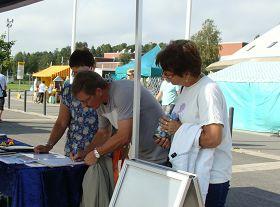 林希和丈夫馬爾庫(Leens,Markku)一起在徵簽表上簽名