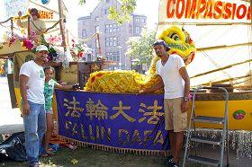 '劉易斯(左一)和女兒及朋友考克斯(右一)在「法船」造型的花車前'