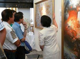 觀眾們認真欣賞真善忍國際美展畫作
