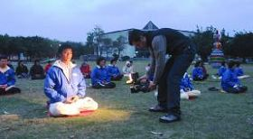 圖三:意大利的媒體在台灣花蓮縣文化局前大草坪拍攝學員晨煉