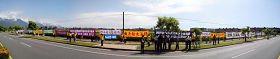 '陳雲林一行車隊出花蓮機場外即遇見法輪功學員沿路展開巨大的橫幅,並向其高喊「法輪大法好、停止迫害法輪功」。(自由時報拍攝)'