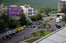 '陳雲林車隊(右前)一出左營站,迎面而來的是巨大橫幅伴隨洪大的聲浪:「法輪大法好、停止迫害法輪功」'