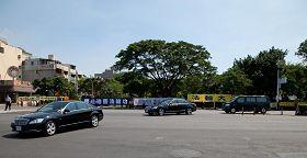 '在小港機場,警員撤掉了人牆,讓陳雲林車隊可以清楚看到法輪功橫幅。'