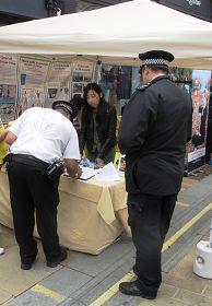 負責金斯頓嘉年華安全工作的警長在法輪功反迫害徵簽表上簽下自己的名字
