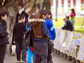 大陸觀光客駐足觀看法輪大法弘傳世界圖片展
