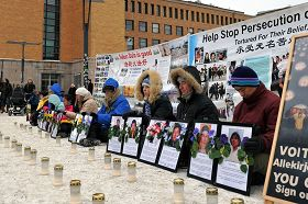 芬蘭赫爾辛基法輪功學員在火車站旁的廣場上舉行燭光守夜和平反迫害活動