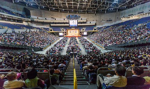 二零一三年台灣法輪大法修煉心得交流會在高雄漢神巨蛋體育館召開,法輪功學員七千人與會。