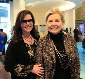 艾美獎得主、美國知名音樂監督製作人阿納斯塔西婭•布朗女士與母親一起觀看了神韻演出