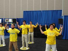 法輪功學員在溫哥華第二十一屆健康展上演示功法