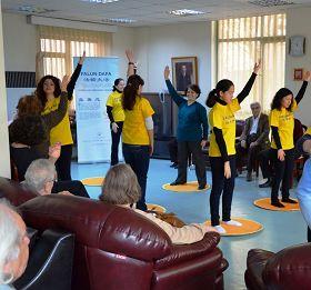 土耳其法輪功學員向老人們介紹法輪功並演示功法