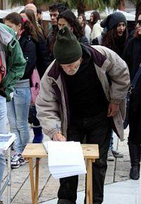 '亞理斯多德廣場上,人們簽名支持法輪功學員反迫害'