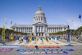 法輪功學員在市政廳廣場煉功
