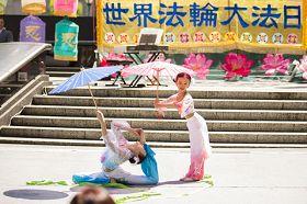 一對小姐妹於紐約曼哈頓富利廣場表演舞蹈