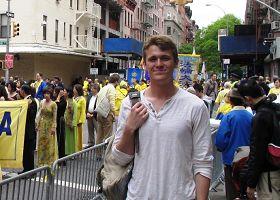 大學生大衛觀看法輪功的遊行隊伍:「我體驗到非常豐富的東西」。
