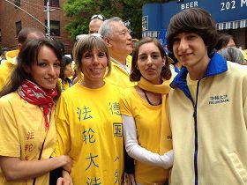 'Koerper姐妹和母親弟弟一起參加了紐約大遊行'