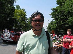祖籍中國廣東的簡先生對天國樂團的到來表示感謝。