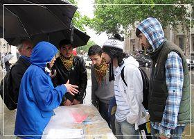圖3:四位土耳其青年在大雨中走到法輪功學員面前了解真相