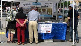 法輪功學員在德國漢諾威舉辦信息日活動,揭露中共活摘器官罪行