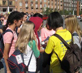 '一組來自阿拉伯國家的學生聽到法輪功真相後紛紛在反迫害徵簽表上簽字'
