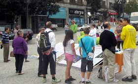 Porto的民眾在看真相展板,簽名反對活摘器官