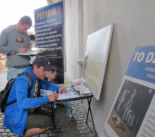 '格但斯克市民、遊客紛紛簽名,呼籲制止中共強摘器官暴行'