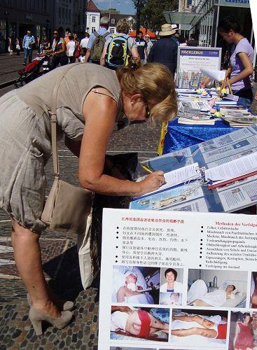'德國弗萊堡市「制止中共活摘器官」徵簽活動,人們踴躍簽名'