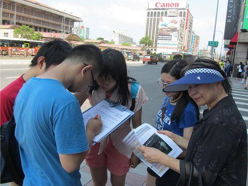 '圖6-7.民眾紛紛簽名,籲請聯合國:要求中共立即停止活摘法輪功學員器官的罪行。'