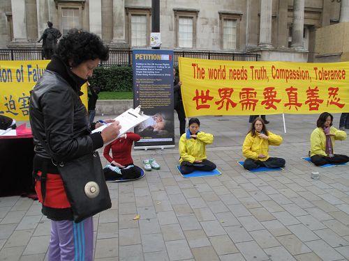 '來自意大利的女士斯坦芬妮正在反迫害徵簽表上簽字'