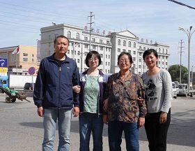 圖一、佳木斯法輪功修煉者劉麗傑九月六日出獄,同前來接她的母親、丈夫、妹妹在黑龍江省戒毒勞教所樓前合影,一個家庭劫後重逢。