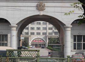 圖三、黑龍江省勞教人去樓空,據說裏邊亂營了,警察都在想自己的出路,為了使他們清醒,哈爾濱的同修在九月六日劉麗傑離開後,在樓前放了一掛鞭炮。