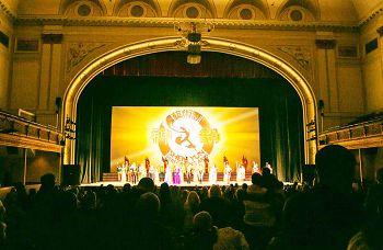 二零一四年一月十六日至十九日,神韻巡迴藝術團在美國馬裏蘭州巴爾的摩市的裏瑞克歌劇院莫德爾表演藝術中心(Modell